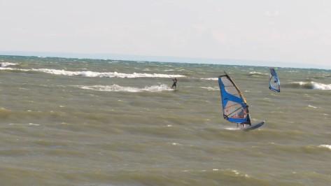 Windsurfer vs Kiter drag race.